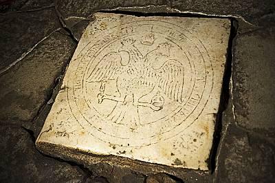 Върху мраморна плоча на пода пред олтара с двуглав орел, символ на Цариградската патриаршия, има цифри, сочени като доказателство за далеч по-стария п...