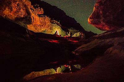 Планинари вечерят край извор в Оло КениънПланинари вечерят край извор в Оло Кениън.