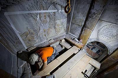 Консерватор почиства повърхността на каменната плоча, считана за погребалното място на Иисус Христос.