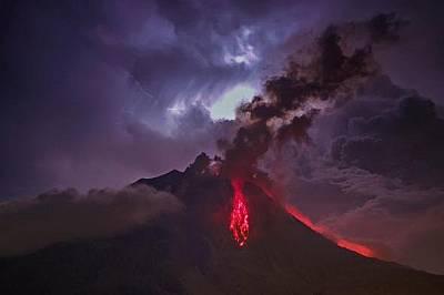 Лава и пепел изригват от Синабунг на 28 юли.