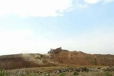 Портата Нергал след разрушаването й Портата Нергал след разрушаването й от Ислямска държава. В далечината се вижда булдозер.
