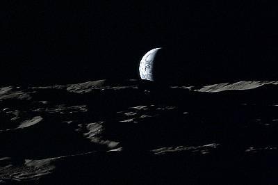 """Земята потъва към лунния хоризонтЗемята потъва към лунния хоризонт на снимка, направена от""""Кагуя"""" през 2008 г."""