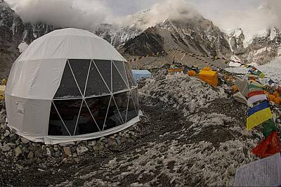 Базовият лагер на Еверест   В центъра на базо