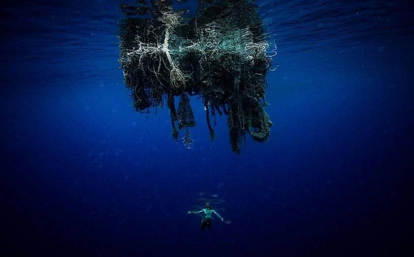 """Член от екипа на Лекомт плува под """"призрачна мрежа"""""""