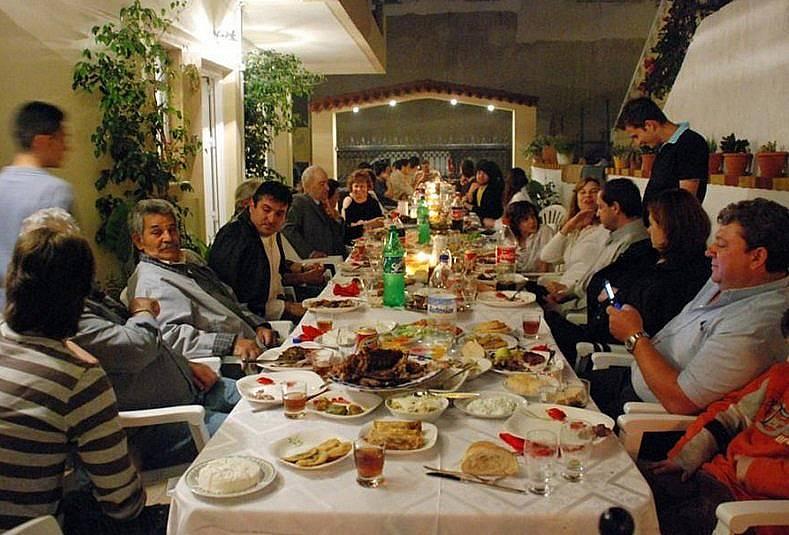 Семейно събиране - двата стълба на гръцката култура: храната и семейството