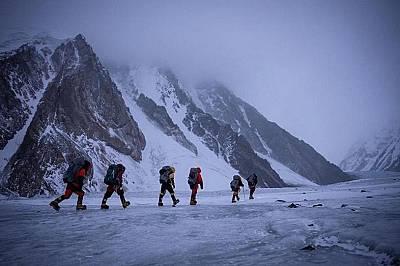 Непалски катерачи пренасят провизии преди началото на експедицията