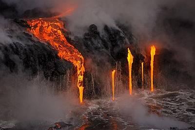 Река от лаваРека от лава се стича по склоновете на вулкана и се излива в морето. Кадърът е заснет от лодка.