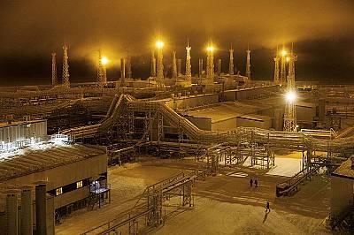 """Прожектори заменят слънцето през дългата полярна нощ над """"Бованенково"""", най-новото руско находище на природен газ на полуостров Ям..."""