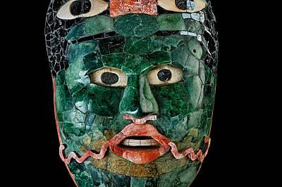 Маските от гробниците в Калакмул имали за цел да облекчат прехода на знатните Змии към следващия свят. Царствените лица от зелен нефрит, по-ценен от з...