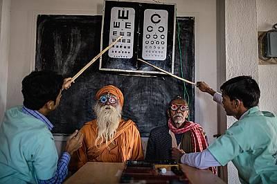 Жители на региона на Сундарбан в Индия слагат пробни рамки и стъкла при очен преглед. Офталмологичният екип, воден от Асим Сил, пътува из този отдалеч...