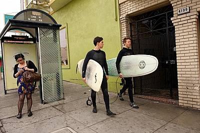 Сърфисти се отправят към плажа в Сан Франциско, Калифорния.