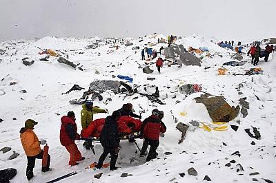 Спасители използват импровизирана носилка, за да пренесат ранен, след като през 2015 година лавина изравни със земята базовия лагер на Еверест.