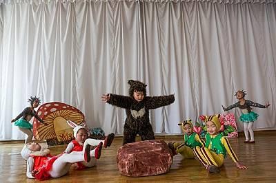 Деца участват в пиесаИ в училища, и във фабрики - Гутенфелдър навсякъде вижда как в изкуствата за деца се влагат значително време и енергия