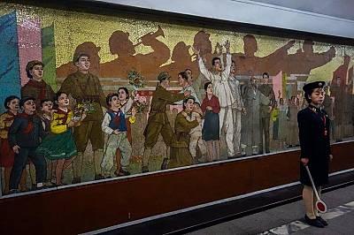 Фреска, посветена на независичосттаСлужителка на метрото е застанала пред фреска, посветена на корейската независимост от Япония през 1945 г.