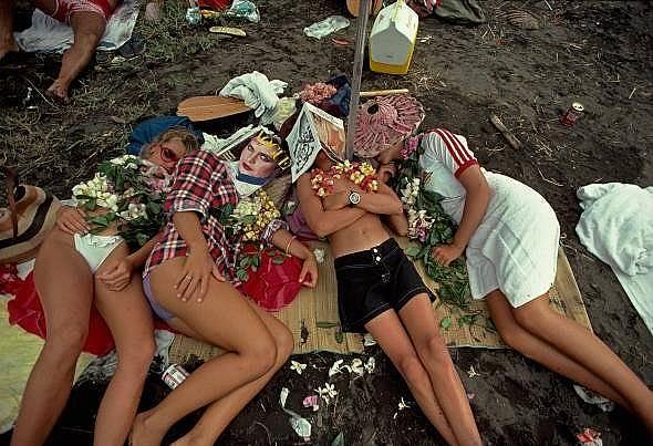 На плажа в ХаваиМомичета подремват на плажа в Хаваи.