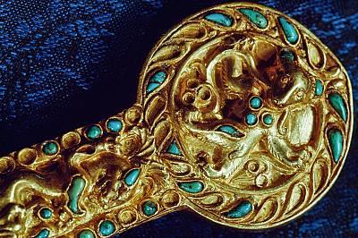 Афганистански богатстваВ Тилия Тепе, в шест гроба на заможни номади от Iвек, били намерени21 618 предмета от злато, сребро и слоно...