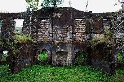Замъкът на остров БунсНа остров Бунс се намира най-големият британски замък за роби, където през XVIII век хиляди заловени в Африка чернокожи били дър...