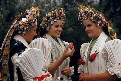 Frohe OsternЖени в традиционни носии се чукат с яйца. Снимката, направена в Щинац, Aвстрия се появява в National Geographic през 1959 г.