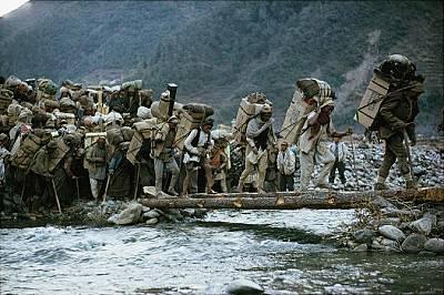 НосачиНад 900 носачи минават по импровизиран мост на път към Еверест. Те пренасяли над 27 тона провизии за първия американски опит за покоряване на въ...
