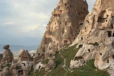 """Кападокия, Турция   Изумителните скални образувания известни като """"приказни комини"""" са осеяни с пещери, издълбани в тях по време н..."""