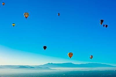 Прилика с ВенераБалони с горещ въздух се носят в небето по време на Международния фестивал на балоните в Албакърки.  Ако изобщо някога хората стигнат...