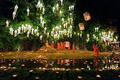 """Фестивалите Loi Krathong и Yi peng""""Фестивалите Loi Krathong и Yi peng се празнуват в един и същи ден. Чианг Май е най-доборото място в Тайла..."""