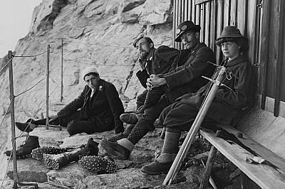 ПочивкаПланинари си почиват по време на преход в Швейцарските Алпи през 1910 г.