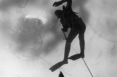 Здравейте там долуРибар се опитва да изтегли шаран към дупката в леда в езерото Апър Немабин в Уисконсин. Фотографът пише, че решението му да прави сн...