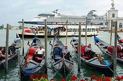 """Круизен кораб на фона на венециански гондолиСалваторе Сетис се тревожи, че туристическите кораби """"може трайно да увредят историята на града&..."""