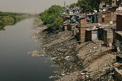 Бедните в Индия често нямат друга възможност освен да живеят до открити отходни канали - като този в Ноида, град на границата с Ню Делхи.
