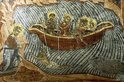 Плавателните съдове в библейските сцени по стените на църквата напомнят венециански галери от епохата – знак за надежда за освобождение с ев...