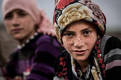 Дванайсет годишната Сонгюл и сестра й в селцето Козлуца край Карс, Турция