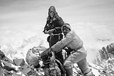 Едмънд Хилари и Тензинг Норгей са първите, изкачили Еверест.