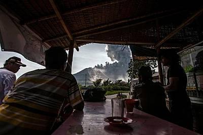 Местните хора наблюдават връх Синабунг край село Тига Панкур. Досега няма регистрирани смъртни случаи.