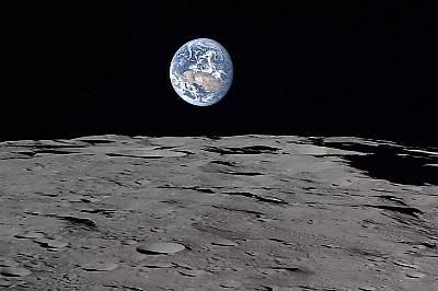 Земята, гледана от ЛунатаЗемята свети над лунната равнина.
