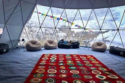 От палатката на Climbing the Seven Summits се разкрива една от най-невероятните гледки към Хималаите.