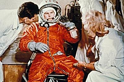 """Валентина Терешкова прекарва 70 часа в космическата станция """"Восток 6"""" 16-19 юни, 1963"""