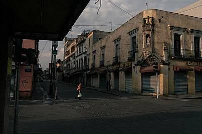 Обикновено оживените улици в историческия център на Мексико сити остават смълчани след като правителството ограничи пътуванията и събиранияата в края...