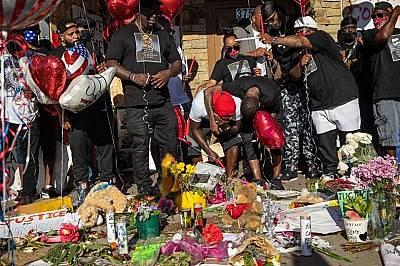 Приятелите и семейството на убития 46 годишен Джордж Флойд
