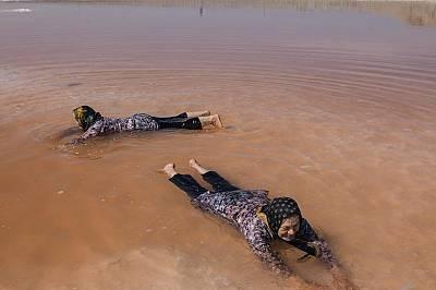 Жени играят в червените води на езерото Урмия