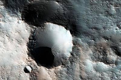 Кратери в южната част на МарсСинкавият цвят се дължи най-вероятно на минерали със съдържание на желязо, които не са окислени.