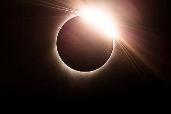 Слънчевото затъмнение на 8.21.17Джаксън, Уайоминг 11.38 часа преди обяд 8.21.17. Фотографът успява да улови този кадър въпреки десетта деца тичащи пок...