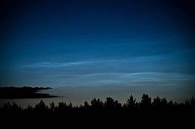 Сребристи облаци над ПолшаКогато около космическия прах кристализира лед, се образуват сребристи облаци както на тази снимка, направена над Сзубин, По...