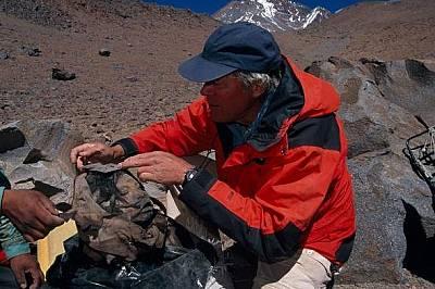 Райнхард по време на разкопки в Люляйляко, Аржентина на 6740 метра – най-високите в света археологически разкопки.
