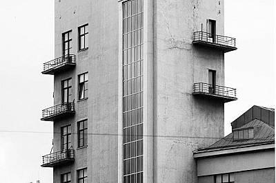 В тази сграда, построена през 1934 г., се е намирало Министерството на железниците.