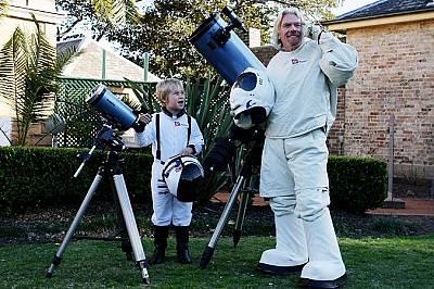 """На тържество по случай годишнина на една от компаниите си Ричард Брансън обяви състезание с награда пътешествие до космоса с """"Върджин галактик""""."""