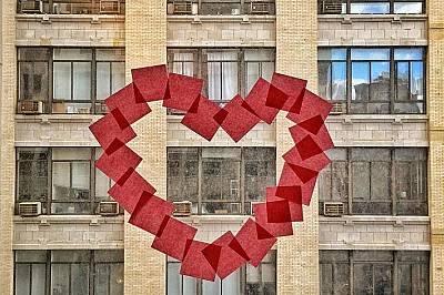 Сърце направено от бележки post-it в офис в Манхатън.