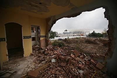 Между 35 000 и 70 000 жители на Рио де Жанейро са били изселени, в много случаи и насилствено, за да се освободи място за изграждането на олимпийски с...