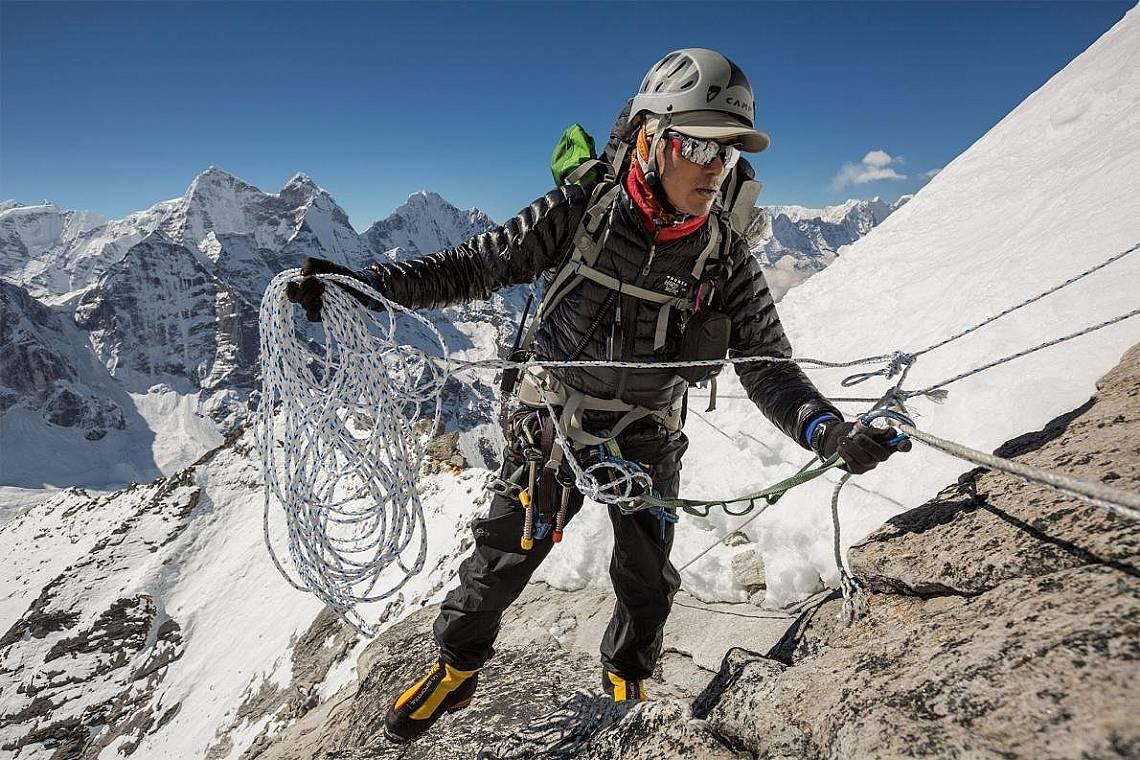 Лакпа Шерпа, дългогодишен водач в Хималаите, закрепва въже между Лагер I и Лагер II. Той е съосновател на Himalayan Ascent и е един от многото непалци...