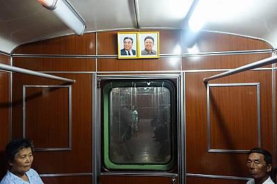 Портрети на върховните лидериПортретите на върховните лидери, баща и син - Ким Ир Сен и Ким Чен Ир – красят всеки вагон. Във всеки вагон зву...